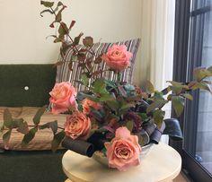 10月のアレンジ  フリースタイル。器は二重で見立てて、オアシスの寸法を参考にサイズを計算。  紅葉ヒペリカム3本で基本構成→バラで2本サブ構成→ドラセナでライン補足。フォーカルは紅葉ヒペリカム。隠しのドラセナのあと、紅葉ヒペリカム、バラ、ベンケイ草でマスを埋めてフィニッシュ。 Flower Arrangements, Flowers, Plants, Floral Arrangements, Plant, Royal Icing Flowers, Flower, Florals, Floral
