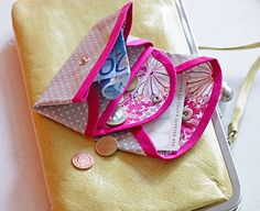 The diy purse is a small wallet that was developed for adults, but also for children. Diy Makeup Bag, Sew Wallet, Diy Mode, Diy Purse, Handmade Purses, Sewing Art, Small Wallet, Textiles, Diy For Kids