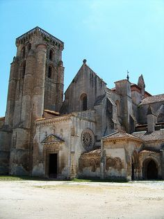 Burgos - Monasterio de las Huelgas Eleanor of Castile and King Edward I of England married here Romanesque Art, Romanesque Architecture, Church Architecture, Historical Architecture, Medieval Houses, Medieval Castle, Monuments, Cool Places To Visit, Places To Go