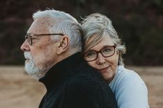 Flirten tipps Engagement Photos - The 70 Most Beautiful Couple Photos Of All Time Jogging Strollers Family Portrait Poses, Couple Portraits, Family Posing, Adult Family Photos, Family Picture Poses, Older Couple Poses, Couple Photoshoot Poses, Couples Âgés, Couples In Love
