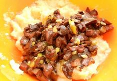 К готовому картофельному пюре добавьте яйцо и обжаренные с луком грибы. Все перемешайте. Mashed Potatoes, Beef, Ethnic Recipes, Food, Recipies, Whipped Potatoes, Meat, Smash Potatoes, Hoods