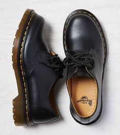 d5001e23334 Dr. Martens black Gibson flat shoes with yellow seams. 60€ Fur Boots