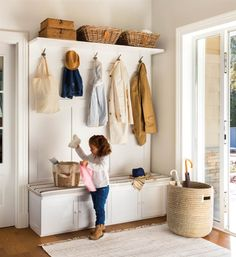 Niña en recibidor con mueble de entrada con armarios inferiores, colgadores y repisa superior, cesto paragüero y alfombra Entryway Bench Storage, Entryway Decor, Bedroom Decor, Ideas Armario, Hall Tree With Storage, Hallway Inspiration, House Inside, Mudroom, Interior Design Living Room
