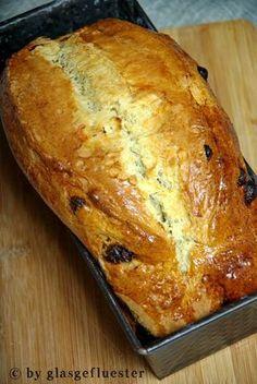 Immer wieder Sonntags- kommt die Erinnerung. Dipidipidippdipp… Maaaaann- schon wieder ein Ohrwurm 😉 Aber Sonntags kommt vor allem auch das schöne Frühstück. Ausgiebig. Mit viel Marmelade und Honig, mit Quark, Orangensaft und nem Frühstücksei dazu. Grossartig- nicht wahr? Und dazu frisch geholte Brötchen. Oder warum nicht ein selbst gebackenes Brot? Ein süßes, mit feinen Rosinen. Mit einem lockeren Quarkteig. Eins, was am Samstagabend sooooo duftend aus dem Backofen kommt, dass man allen… Cooking Bread, Bread Baking, Sugar Free Diet, Gateaux Cake, Super Healthy Recipes, Holiday Baking, Easy Dinner Recipes, Family Meals, Baked Goods