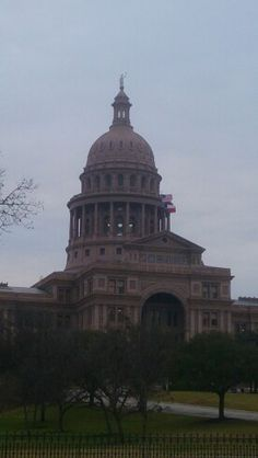 Si acercas la imagen verás los escudos de Castilla y León y la flor de Lis en la fachada del Capitolio de Austin (Texas) #sxsw