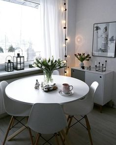 Verpasse Deinem Zuhause ein leuchtendes Upgrade! Die LED-Lichterkette Optika sieht nicht nur super atmosphärisch aus, sondern bringt auch Dich selbst zum Strahlen. Ein Wohnaccessoire mit dem gewissen Etwas! // Lichterkette Esszimmer Stuhl Tisch Wohnzimmerideen Deko Tulpen Blumen Vase Dekoration Frühling ingsdeko Frühlingsideen #WohnzimmerIdeen #Lichterkette #Ideen #Frühling #Dekoration #Blumen #Vasen #Frühlingsdeko #Osterdeko @skoorki