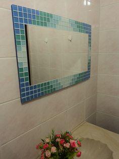 Espelho da linha GELATTI, com moldura de mosaico de pastilhas de vidro em tons de azul degradé. <br>Dimensão da lâmina do espelho 50 cm (largura) x 30 cm (altura), totalizando o espelho mais a moldura: 70 cm (largura) x 40 cm (altura). <br>Aceito encomendas em outras cores e tamanhos. <br>Todos os espelhos da CARLLOS CRIAÇÕES acompanham kit-fixação (instruções, parafusos e buchas). <br>Despachamos para todo o Brasil. <br> <br>Em Curitiba, região central, não cobro frete, faço entrega em…