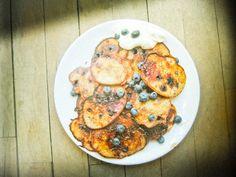 Pancakes with blueberries. I really miss summer.    http://dziarskapara.blogspot.com/2012/11/placuszki-z-borowkami-i-magia-sodkich.html