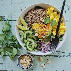 SPINATSALAT MED QUINOA, MANGO OG CASHEWNØDDER – 2 personer  100 g frisk spinat ( ikke baby spinat ) 2 dl kogt quinoa 1/2 mango 1/2 agurk 1/2 rødløg  1 dl. cashewnødder 4 stor spsk. karry-mango hummus Frisk koriander - curry quinoasallad