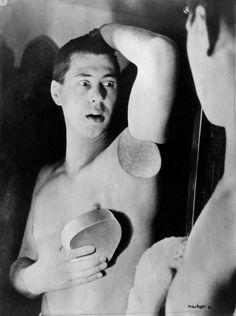 Self-Portrait, photo: Herbert Bayer, 1932. Bauhaus-Archiv Berlin / © VG Bild-Kunst, Bonn 2016.