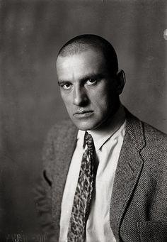 Vladimir Maiakovski, também chamado de poeta da Revolução Russa, bem como o maior poeta do futurismo. Influenciou vários artistas do seu tempo com as suas ideias revolucionárias.