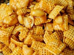 PayDay Chex Mix It's an easy dessert recipe that takes about 5 minutes to make. It's a quick snack idea that satisfies both salty and sweet lovers. It's no bake, which means it's perfect for hot summer days when you don't want to turn on the oven. Brownie Desserts, Oreo Dessert, Mini Desserts, Coconut Dessert, Quick Dessert, Dessert Food, Quick Snacks, Yummy Snacks, Delicious Desserts