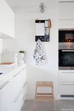 It is easier than you think to take your kitchen from builder grade to gorgeous on a budget! These kitchen makeover secrets will save you money and give you great ideas! Kitchen Dinning, Rustic Kitchen, Kitchen Decor, Kitchen Board, White Kitchen Cabinets, Kitchen Countertops, Dining Room Design, Interior Design Kitchen, Sweet Home