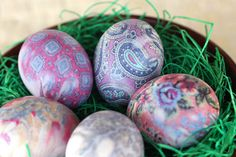 Silk tie die Easter eggs and other unique and original Easter egg decorating ideas and Easter crafts. Easter Crafts, Crafts For Kids, Easter Ideas, Egg Crafts, Tie Dyed Easter Eggs, Printed Napkins, Diy Ostern, Butterfly Decorations, Decoration Originale