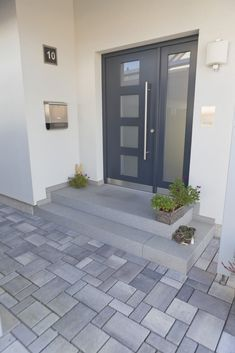 Hydropor Laziano with high infiltration volume for living areas - Hydropor Laziano von Rinn concrete blocks and natural stones – Rinn concrete blocks and natural s - Front Door Steps, House Front Door, House Entrance, Side Yard Landscaping, Backyard Patio Designs, Landscaping Ideas, Patio Steps, Outdoor Steps, Design Jardin