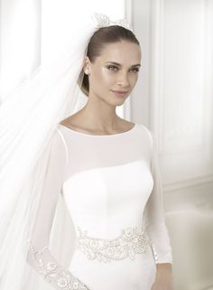 Straight fit dress with sheer neckline and full legnth sleeves. Beautiful detail at the end of the sleeves. Bridal Headpieces, Bridal Gowns, Wedding Gowns, Bridal Shoes, Wedding Band, Lace Wedding, Short Bridal Hair, Pronovias Wedding Dress, Vintage Bridal