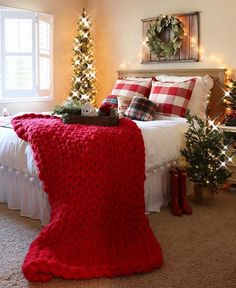 Resource to help you become lovely best farmhouse christmas bedroom decor ideas 6 Farmhouse Christmas Decor, Cozy Christmas, Country Christmas, Farmhouse Decor, Outdoor Christmas, Homemade Christmas, Modern Farmhouse, Farmhouse Style, Cheap Christmas
