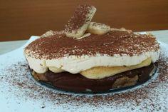 Il tiramisù alla nutella è un dolce a strati formato da savoiardi bagnati nel caffè, crema al mascarpone e nutella e spolverato in cima con cacao amaro.