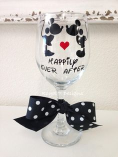 Kissing Mickey & Minnie Wine Glass Happily Ever Diy Wine Glasses, Decorated Wine Glasses, Hand Painted Wine Glasses, Decorated Bottles, Vinyl Crafts, Vinyl Projects, Wine Craft, Mickey Mouse, Disney Crafts