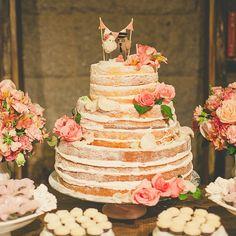 Da série: fofura de bolo! ♥️ O casamento completo no blog www.lapisdenoiva.com ♥️#amolapisdenoiva #nakedcake {foto: Manoela Carvalhais}
