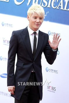 JYJ's Junsu once again receives 'Popular Star Award' at the 2012 Musical Awards #allkpop #kpop #JYJ