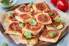 Obzvlášť sa nám páčia tieto paradajkové štvorčeky z lístkového cesta. Chrumkavé kúsky s paradajkami, olivovým olejom a bazalkou sú v rúre hotové iba za 15 minút. Pepperoni, Bruschetta, Pizza, Snacks, Ethnic Recipes, Food, Tomatoes, Just Bake, Oven