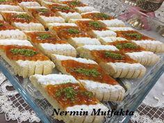 Şekli Şahane Marmelatlı Kurabiye (Sıvıyağlı) Tarifi nasıl yapılır? 3.404 kişinin defterindeki bu tarifin resimli anlatımı ve deneyenlerin fotoğrafları burada. Yazar: Nermin Mutfakta Dessert Sans Four, Turkish Recipes, Ethnic Recipes, Biscuits, Turkish Delight, Arabic Food, Beautiful Cakes, Cake Cookies, Afternoon Tea