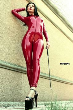 What a gorgeous red latex catsuit Sexy Latex, Latex Babe, Latex Suit, Latex Dress, Fetish Fashion, Latex Fashion, Streetwear, Look Fashion, Womens Fashion
