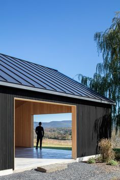 US architecture firm Worrell Yeung has pared back the rural vernacular of the Hudson River Valley to create a contemporary black barn in Upstate New York. Modern Barn House, Modern House Design, Shed Design, Garage Design, Farm Shed, Barn Garage, Garage Studio, Contemporary Barn, Black Barn