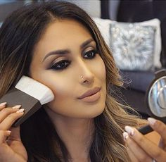 Gold glam eye makeup & nude lips - cute nose piercing