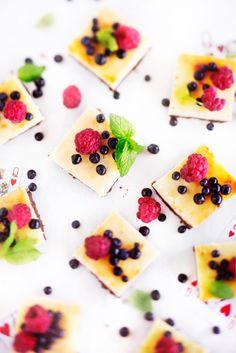 Valkosuklaiset juustokakkuruudut // White Chocolate & Berry Cheese Cake Food & Style Eeva Kolu Photo Heidi Strengell Maku 4/2015, www.maku.fi