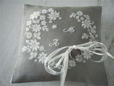 coussin de mariage Wedding Ring Cushion, Wedding Pillows, Cushion Ring, Wedding Cross Stitch Patterns, Ring Pillows, Wedding Boxes, Perfect Pillow, Bobbin Lace, Pin Cushions