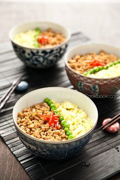 This easy soboro don recipe consists of ground chicken sauteed with soy sauce, mirin, sake, complemented with eggs and green peas over rice. Healthy Japanese Recipes, Asian Recipes, Ethnic Recipes, Vietnamese Recipes, Japanese Dishes, Japanese Food, Japanese Chicken, Japanese Bowls, Don Recipe
