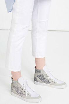 Todavía no debes prescindir de las #sneakers de ZARA, un básico para lucir un estilismo casual chic. ¡Toma nota!  #Modalia   http://www.modalia.es/marcas/zara/zapatos-zara/11314-coleccion-sneakers-casual-chic.html  #zara #sneakers #casualchic