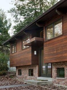 Современный отремонтированный дом демонстрирует сочетание дерева с кирпичом в интерьере и экстерьере