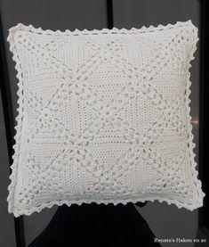 Off-white katoenen kussen (met link naar gratis patroon) / off-white cushion (with link to free pattern) Crochet Pillow Pattern, Crochet Square Patterns, Crochet Cushions, Needlepoint Patterns, Crochet Squares, Crochet Motif, Crochet Doilies, Crochet Flowers, Knit Crochet