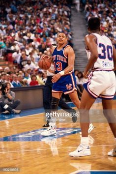 Fotografia de notícias : Mark Jackson of the New York Knicks dribbles the...