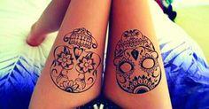 En el pasado era mucho más común que los hombres se tatuaran antes que las mujeres, ahora los tatuajes se utilizan en ambos géneros por igual, por otro lado también se decía que las mujeres solo podían tener tatuajes femeninos como rosas, moños, aves, corazones y estrellas, pero eso tampoco es algo que siga vigente.Los tatuajes con calaveras de azucar han pasado a ser un diseño muy demandado por hombres y mujeres, pero son algunos de las mujeres los que han destacado por darle un toque…