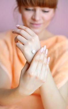 Se você tem a pele clara, tirar esmaltes escuros pode manchar suas mãos e fazer com que pareça que você recém matou alguém. Aplique um creme para as mãos espesso antes de remover o esmalte. Molhe pedaços de algodão no removedor de esmalte e coloque-os sobre cada unha por dez segundos, uma a uma. Pressione e deslize o algodão sobre cada unha. Volte e limpe as unhas com um novo chumaço de algodão embebido no removedor para tirar qualquer resíduo de esmalte que possa ter ficado.
