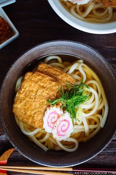 Kitsune Udon is a Japanese noodle soup in dashi broth, topped with seasoned fried tofu, narutomaki fish cake, and scallions. This hearty Udon soup is one of the most popular, classic Japanese noodle dishes. Diner Recipes, Restaurant Recipes, Soup Recipes, Game Recipes, Meatball Recipes, Japanese Noodle Dish, Japanese Dishes, Japanese Food, Japanese Cake