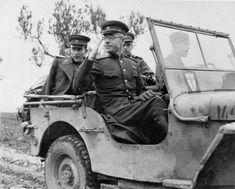 https://flic.kr/p/21Jr4Ee | 1943, Italie, Le Major-général Alexandre Filippovitch Vassiliev, représentant militaire soviétique visite la ligne de front lors d'une réunion au siège des armées Alliés en Italie