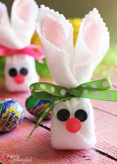 conejitos adorables hechos con Cadbury Creme Egg.  Un regalo perfecto para las cestas de Pascua!