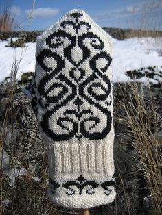Ravelry: Signe Mittens pattern by Johanne Landin Knitted Mittens Pattern, Knit Mittens, Knitted Gloves, Knitting Socks, Fingerless Mittens, Wrist Warmers, Fair Isle Knitting, Knitting Charts, Knitting Accessories