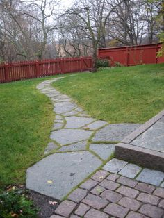 Gång i grå oregelbunden kalksten Garden Stepping Stones, Summer Kitchen, Private Garden, Green Garden, Garden Paths, Garden Inspiration, Beautiful Gardens, Gardening Tips, Pergola