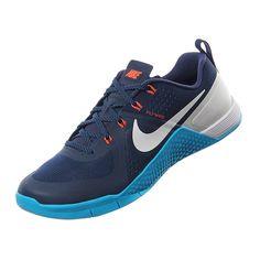 El nuevo calzado de entrenamiento para hombre Nike Metcon 1 ha sido creado para sesiones de entrenamientos de alta eficiencia y cuentan con una mediasuela de densidad dual, malla duradera resistente a la abrasión, amortiguación y comodidad transpirable. Úsalos para tus entrenamientos de crossfit y sentirás la verdadera fortaleza en tus pies.
