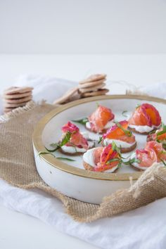 Gravlax with cranberries and homemade crackers Gravlax Recipe, Salmon Skin, Homemade Crackers, Cranberry Juice, No Bake Cookies, Cranberries, Melted Butter, Sour Cream, Food Processor Recipes