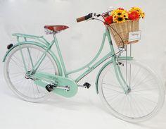 Bicicletas com design retrô e cores vintage! Características originais da década de 60, com o charme do século XXI. – Aro 28; – Pneu branco; – Cesto de palha; - Kit marcha Nexus Shimano – 3 Velocidades; - Bagageiro; – Pintura eletrostática; – Farol dianteiro e traseiro; – Campainha; e muito mais!