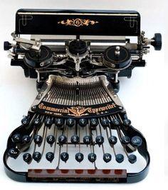 Comercial. Comercial Typewriter Company, New York, USA. Su inventor fue Richard W. Uhlig en 1898, Utilizaba una rueda con caracteres con dos cintas de tinta a cada lado y un teclado de tres hileras. Una característica de la máquina es una abrazadera montada en el lado izquierdo sobre la cinta, diseñada para agarrar una pluma o un lápiz y el mecanógrafo pudiese dibujar líneas al hacer girar el carro.T ambién fue vendida por los Siegel-Cooper de Nueva York en 1898 bajo el nombre de Fountain.