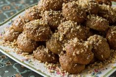 Aki's Greek Christmas Honey Cookies- Melomakarona - by Greek chef Akis Petretzikis. Wonderful aromatic, spiced cookies with honey that are like little cakes! Greek Cookies, Honey Cookies, Spice Cookies, Italian Cookies, Cake Cookies, Greek Sweets, Greek Desserts, Greek Recipes, Tea Cakes