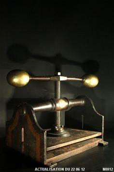 "Presse de relieur ""BLIKMAN & SARTORIUS"" Metal Working Tools, Old Tools, Industrial Living, Industrial Chic, Printing Press, Screen Printing, Bookbinding Tools, Book Press, Iron Tools"